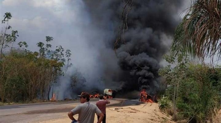 #Após colisão, carreta pega fogo e outra cai em ribanceira na Serra Taipirapuã