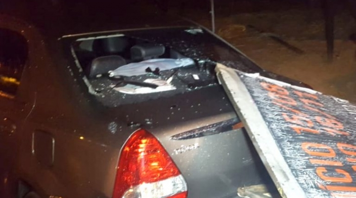 #Chove granizo em Sorriso; outdoor cai e danifica veículo