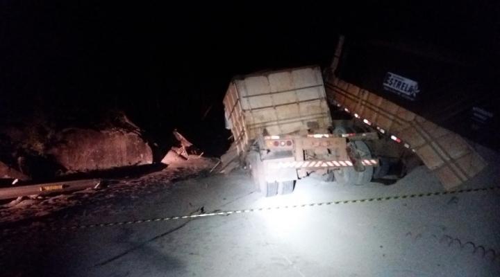 Motoristas morrem após duas carretas baterem de frente em cima de ponte em MT
