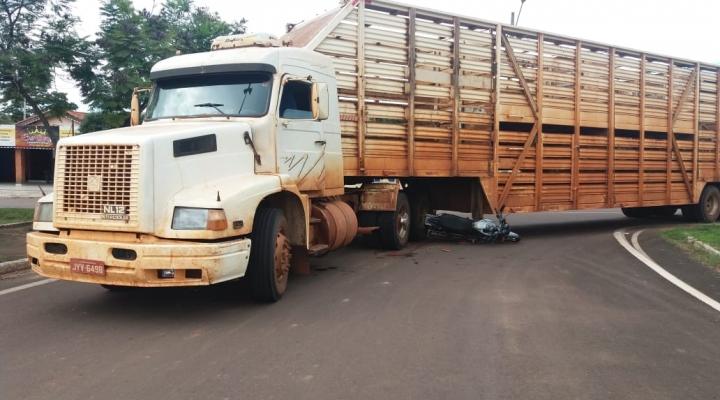 #Mulher morre em colisão entre moto e caminhão boiadeiro