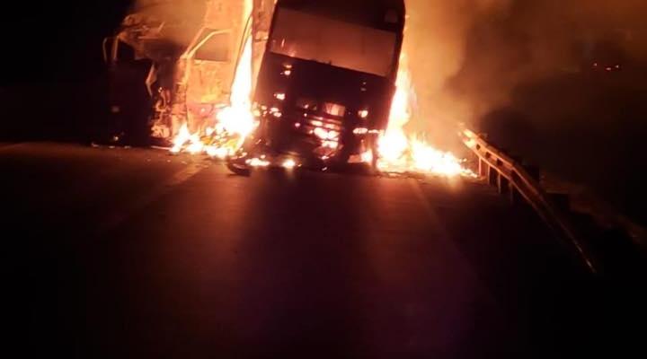 #Duas carretas pegam fogo após acidente envolvendo 3 veículos de carga na BR-364 em MT