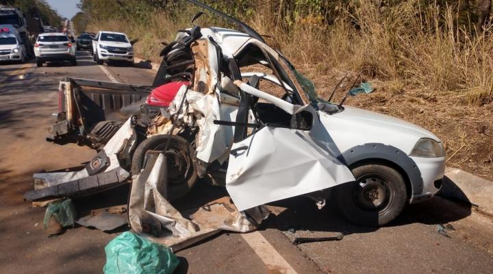 #Carro é partido ao meio em acidente, pais morrem e adolescente fica ferido em MT