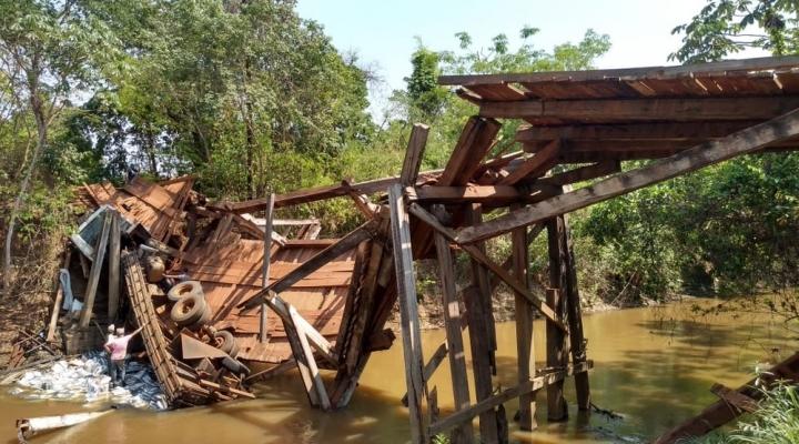 #Caminhoneiro erra estrada e veículo cai em ponte interditada em MT