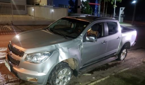 Caminhonete desgovernada atinge 5 pessoas, carros e poste em Sorriso