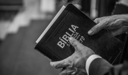 Ladrão finge ser pastor evangélico, faz oração em casa de moradora e comete assalto em MT