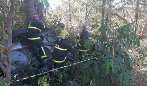 Carro com sete ocupantes capota e quatro pessoas morrem no local do acidente em MT