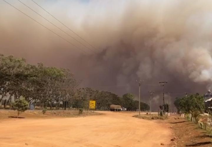 Incêndio de grandes proporções assusta moradores do Distrito de Deciolândia
