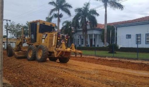 Reeducandos trabalham em obra de pavimentação no município de Colniza