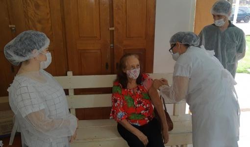 Idosos devem fazer cadastramento para vacina contra covid em Juína