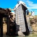 """Ponte cede e caminhão carregado com ração fica """"pendurado"""" em MT"""